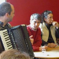 Accordéoniste assis au café du coin – photo Jean Lespinasse