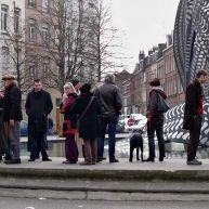Les amis de Marco sur le bord du bassin de la sculpture – photo Jean Lespinasse