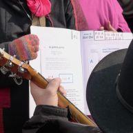 Manche de guitare sur partition en arrière plan – photo Jean Lespinasse