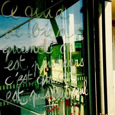 Graffiti sur vitrine