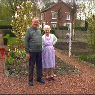 Vieux couple d'Oignies dans son jardin